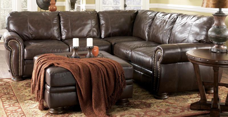 Super élégant et chic, c'est le style que vous voyez habituellement dans des réinterprétations de salons du 19e siècle. Ce sont ses boutons de capitonnage qui en font la particularité. La plupart du temps offert en cuir, ses coussins ne sont pas amovibles et ses bras sont à même hauteur que le dos, ce qui en fait un modèle particulièrement difficile pour les siestes d'après-midi. SOURCE : http://www.meublesashley.com/