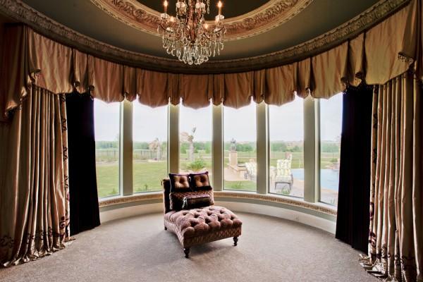 Un habillage de fenêtre personnalisé rehausse d'un coup tout le décor d'un cran. SOURCE : http://homedesignvi.com
