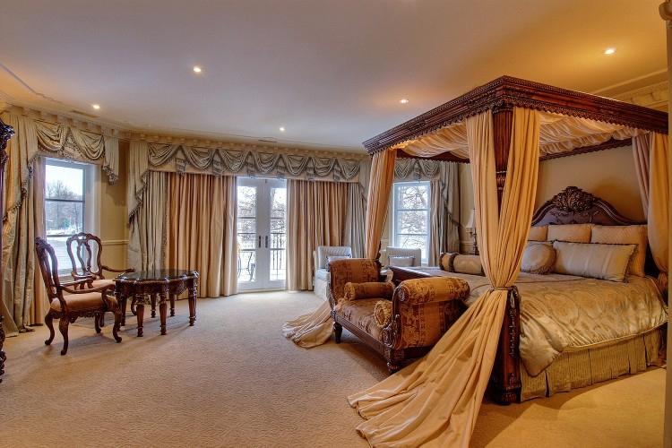 Un habillage de fenêtre personnalisé rehausse d'un coup tout le décor d'un cran. SOURCE : http://www.ymjdesign.com