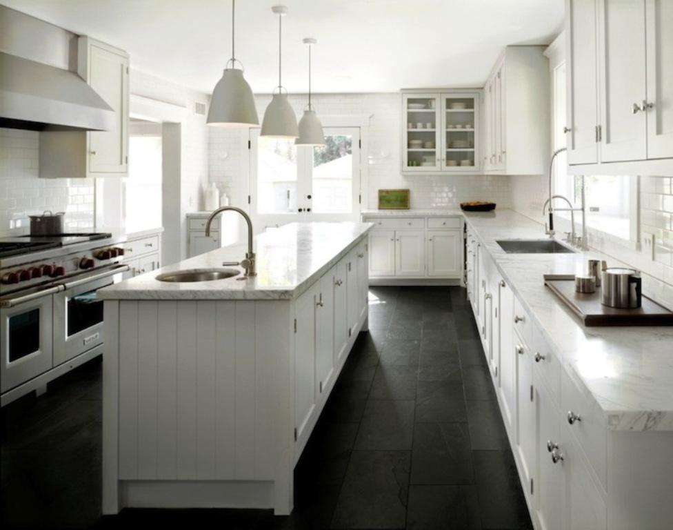 Le plancher de cuisine occupe une large part de la pièce. Un impact visuel important à ne pas négliger! SOURCE: http://vedst.com