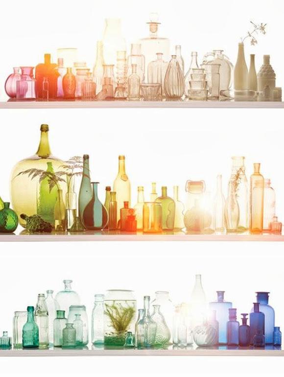 bouteilles-verre-colore-fenetre-idees-solutions-rangement-salle-de-bain-decoration-meubles-quebec-canada.png