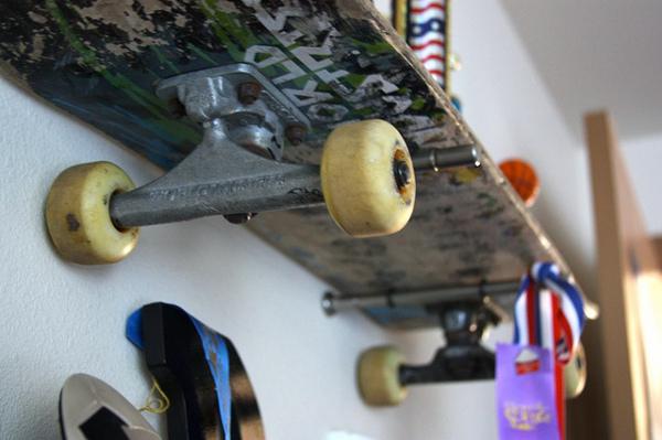 etagere-skateboards-skate-planche-style_decor_decoration_post-moderne_punk_ameublement_quebec_canada