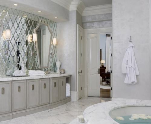C'est parfois le simple ajout d'un miroir qui donne toute sa splendeur à une pièce!