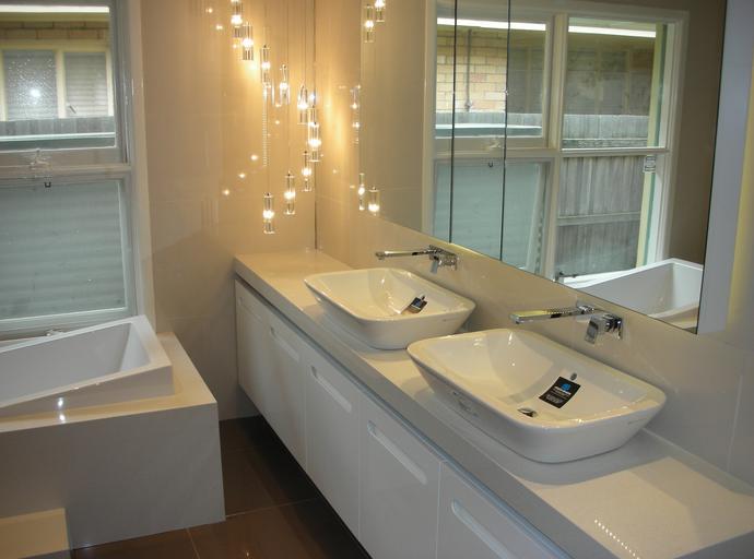 salle-de-bain-bon-choix-eclairage-parfait-ideal-choisir-bons-luminaires-general-fonctionnel-accent-decorer-idees-solutions-trucs_conseils_comment_decoration_design_interieur_ameublement_quebec_canada